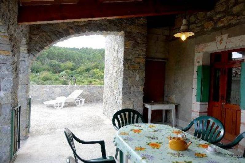Location de vacances - Gîte à Saint-Paul-le-Jeune - Gite La Fontaine sous la terrasse couverte
