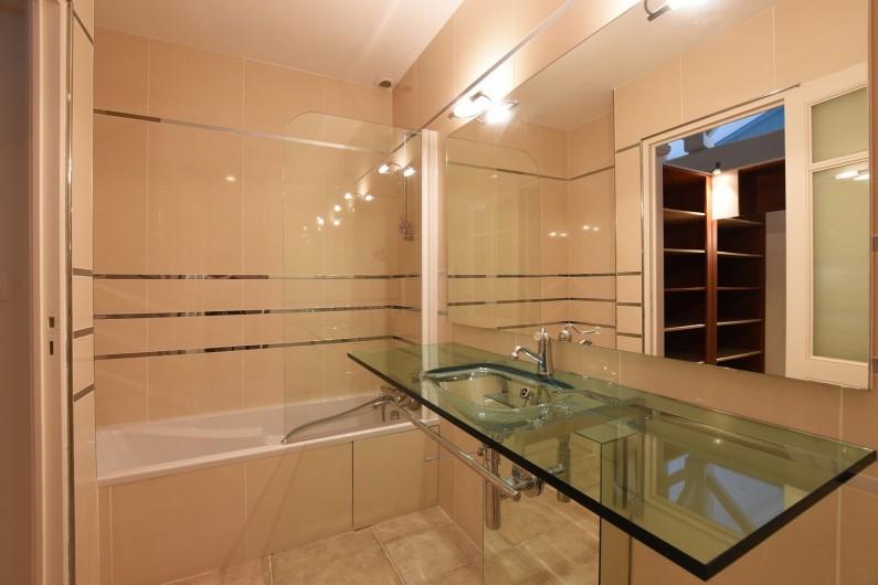 Location de vacances - Villa à Sainte-Marie-de-Ré - Suite 2- Lit double, dressing, salle de bain (baignoire) et WC