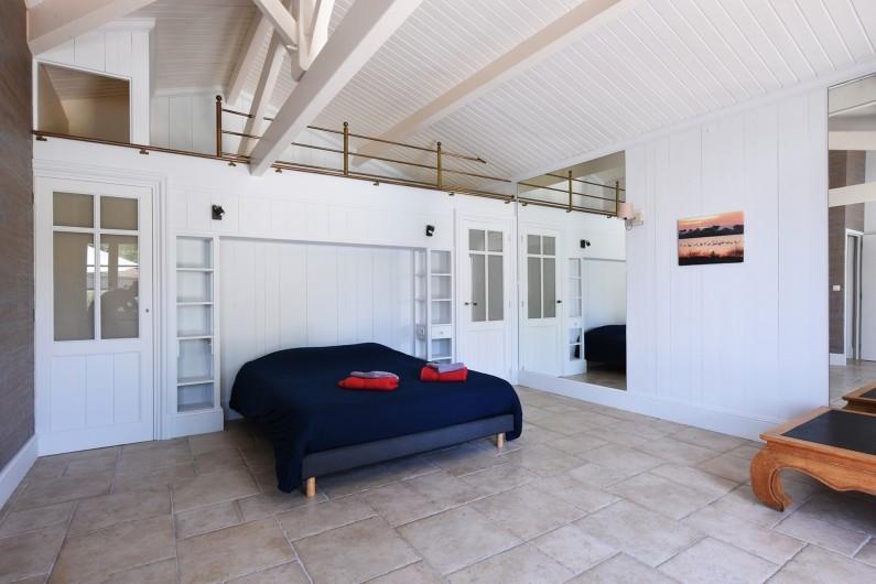 Location de vacances - Villa à Sainte-Marie-de-Ré - Suite 4- Lit double, dressing, salle d'eau (douche) et WC
