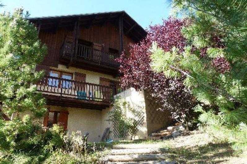Location de vacances - Chalet à Briançon - arrivée sur le chalet par le jardin