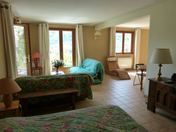 Location de vacances - Chalet à Briançon - vue sur le salon du studio à partir du coin chambre