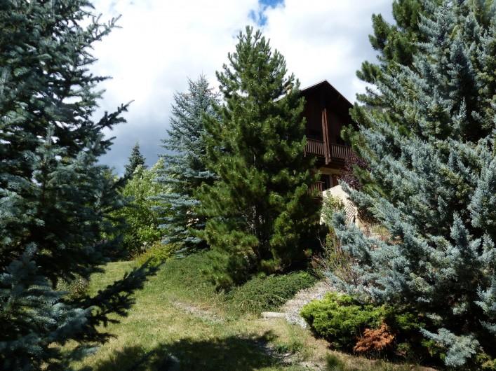 Location de vacances - Chalet à Briançon - arrivée sur le chalet et son jardin