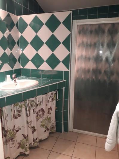 """Location de vacances - Chambre d'hôtes à Divajeu - salle d'eau """"les colombes """""""
