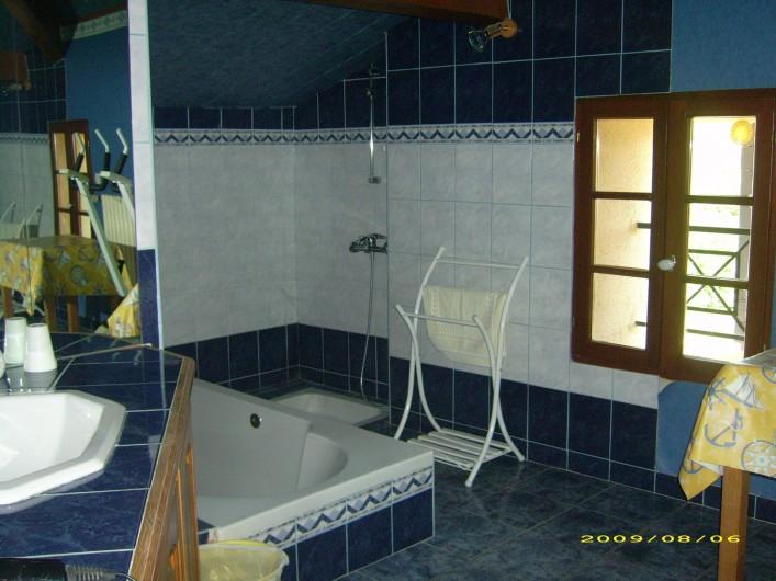 """Location de vacances - Chambre d'hôtes à Divajeu - salle de bains """"les canaris """""""