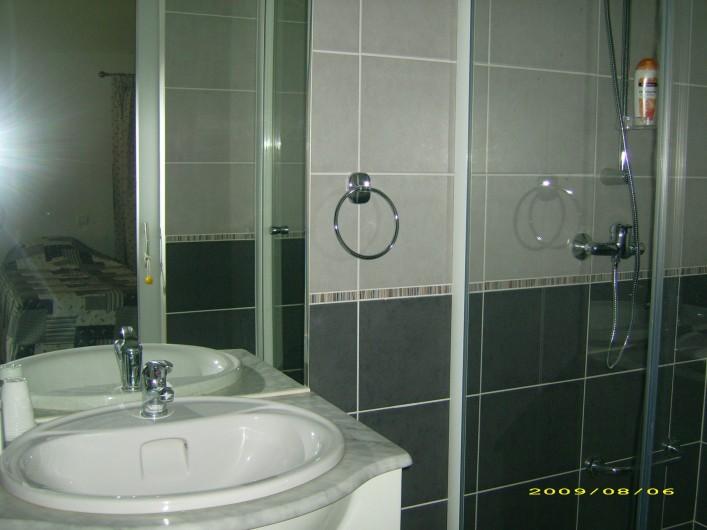 """Location de vacances - Chambre d'hôtes à Divajeu - salle d'eau """"les hirondelles"""""""