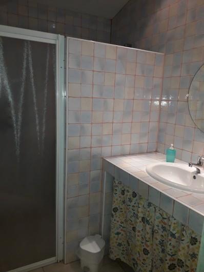 """Location de vacances - Chambre d'hôtes à Divajeu - salle d'eau """" les tourterelles """""""