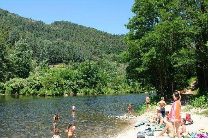 Location de vacances - Camping à Les Ollières-sur-Eyrieux - plage rivière