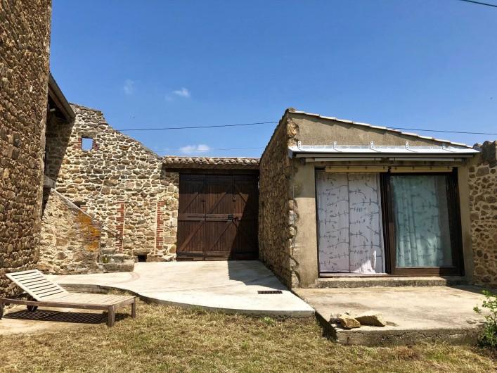 Location de vacances - Mas à Sécheras - Cour (vue sur annexe et portail)