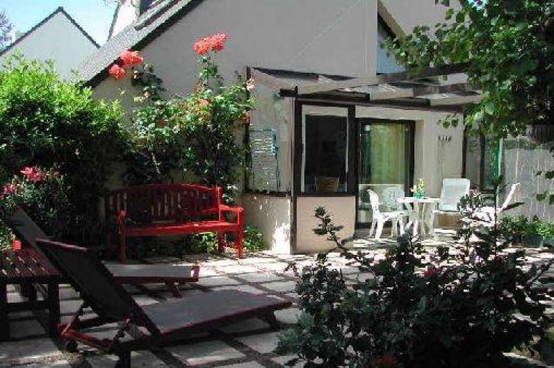 Location de vacances - Villa à Piriac-sur-Mer - Entrée couverte avec table et chaises pour repas sous la pergola de l'entrée
