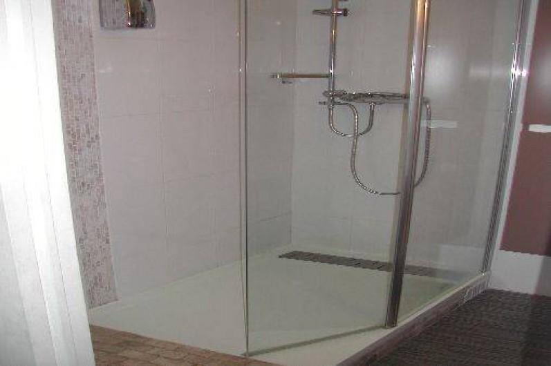 Location de vacances - Villa à Piriac-sur-Mer - Salle d'eau (douche à l'italienne, vasque, rangements + W.C.)