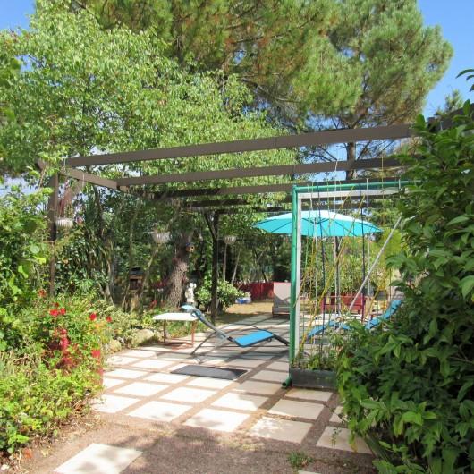 Location de vacances - Villa à Piriac-sur-Mer - Salon de jardin sur terrasse et sous les mimosas (table + 5 chaises) barbecue...