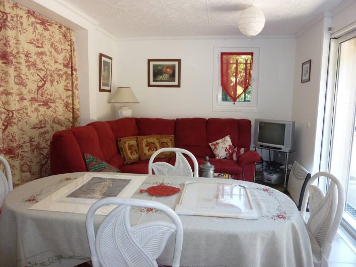 Location de vacances - Appartement à Sainte-Maxime - Salle à manger et salon avec télévision