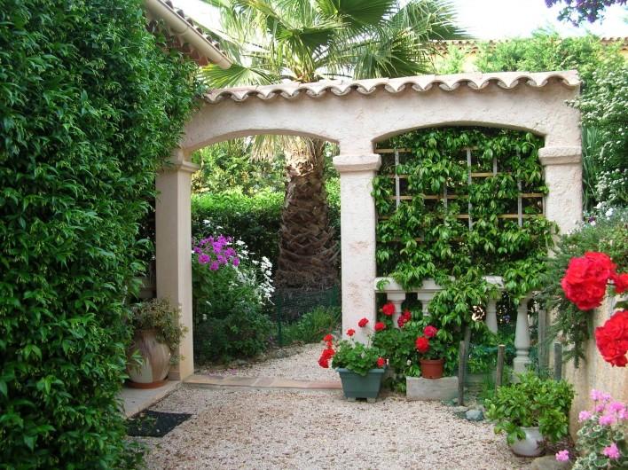 Location de vacances - Appartement à Sainte-Maxime - L'entrée fleurie de la villa