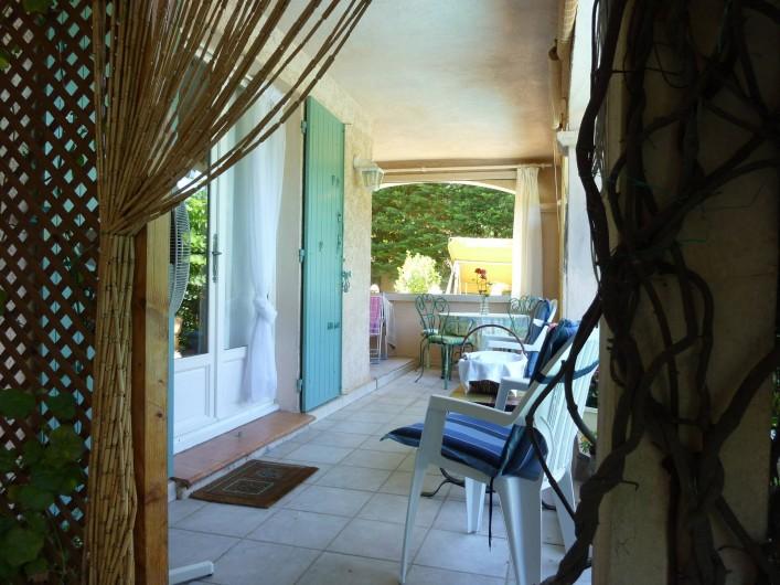 Location de vacances - Appartement à Sainte-Maxime - terrasse couverte devant la chambre 1