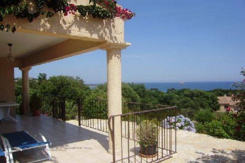 Location de vacances - Villa à Sainte-Lucie de Porto-Vecchio - Terrasse couverte vue sur le golfe de Pinarello