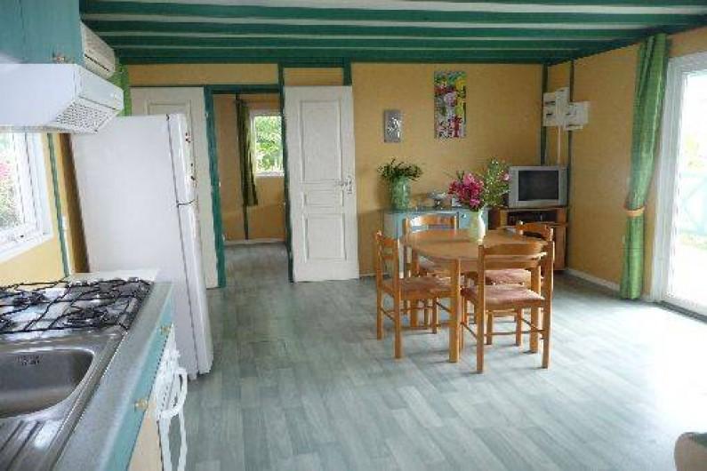 Location de vacances - Chalet à Saint-Leu - salon cuisine vue jardin  et ocean