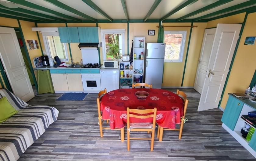 Location de vacances - Chalet à Saint-Leu - salon  et cuisine vue jardin et ocean