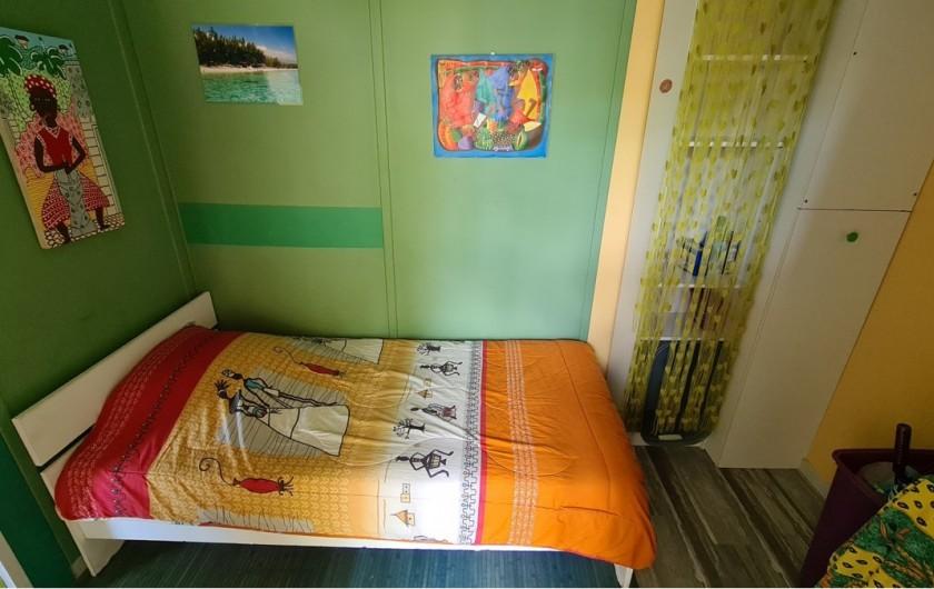 Location de vacances - Chalet à Saint-Leu - chambre  3  une personne vue jardin