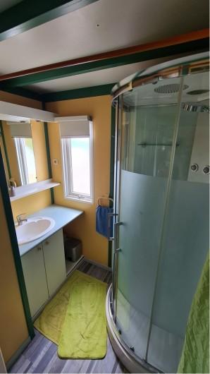Location de vacances - Chalet à Saint-Leu - salle de bain avec cabine douche vue jardin