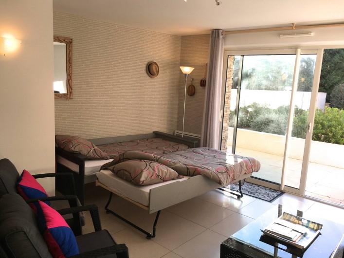 Location de vacances - Appartement à Sanary-sur-Mer - CAP SUD - le canapé du salon avec 2 lits ouverts