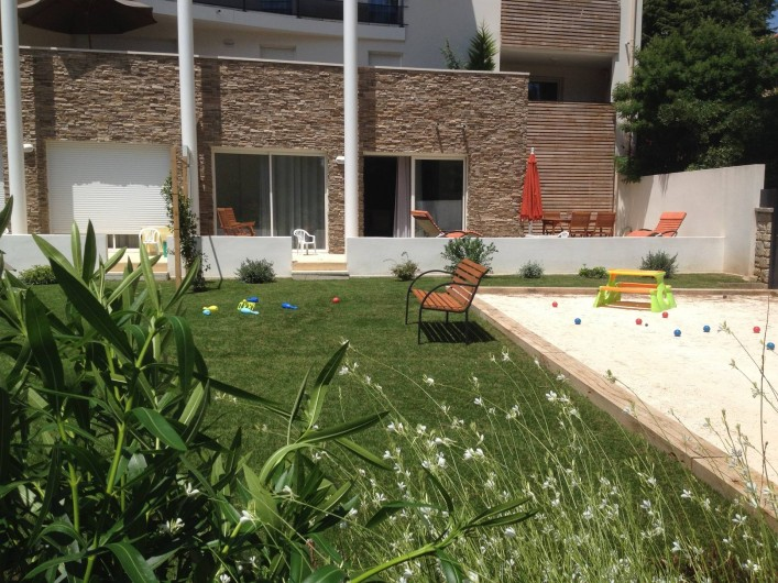 Location de vacances - Appartement à Sanary-sur-Mer - CAP SUD - deux baies vitrées s'ouvrent sur la terrasse et le jardin privatif