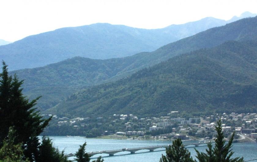 Location de vacances - Appartement à Savines-le-Lac - Vue sur le village et le pont de Savines le Lac