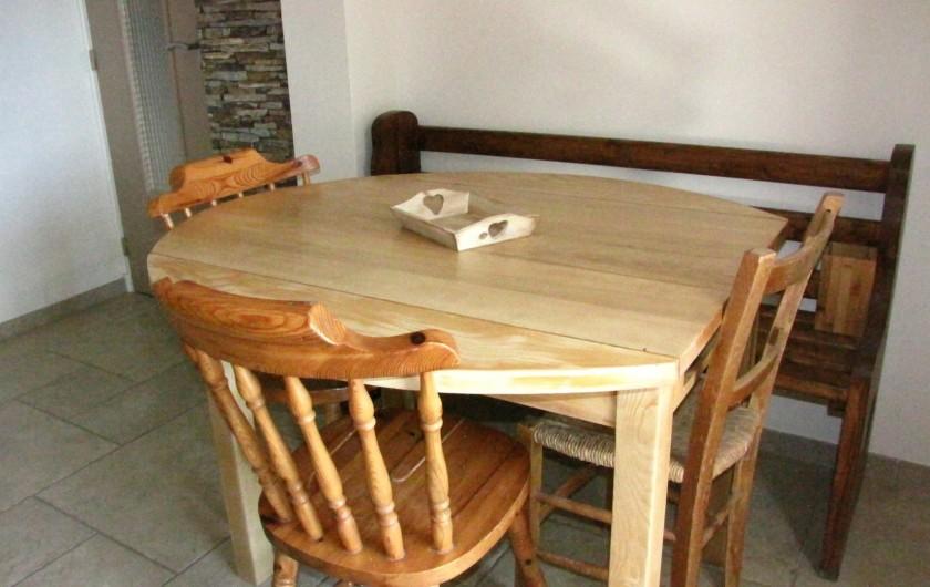 Location de vacances - Appartement à Savines-le-Lac - Table avec chaises et banc cuisine