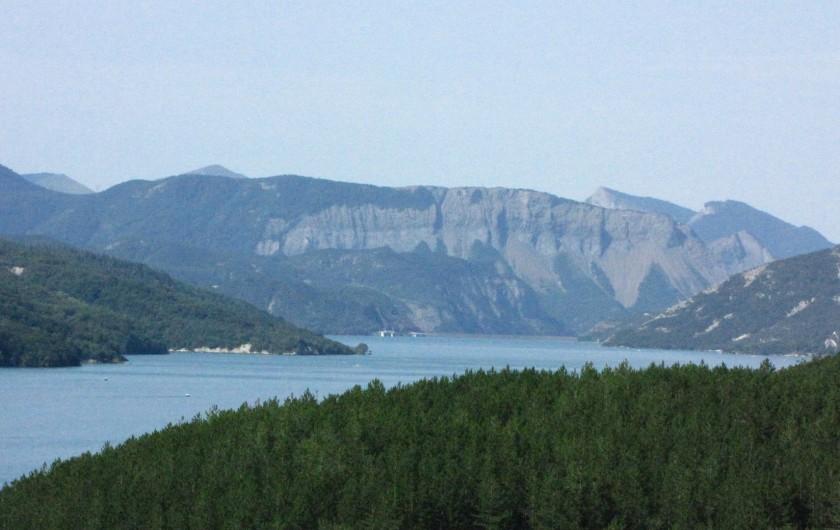 Location de vacances - Appartement à Savines-le-Lac - Vue jusqu'au barrage de Serre-Ponçon