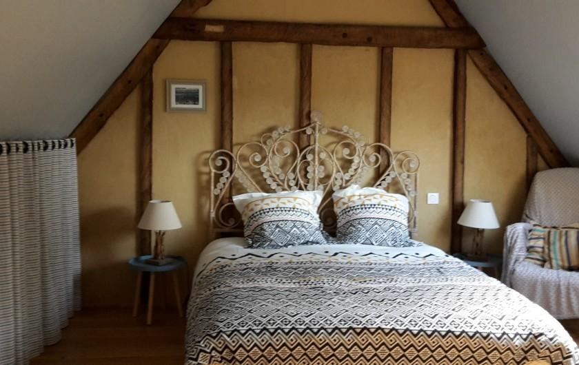 Location de vacances - Gîte à Bosville - chambre parentale, lit 160, petit bureau, rangements sous-pente.