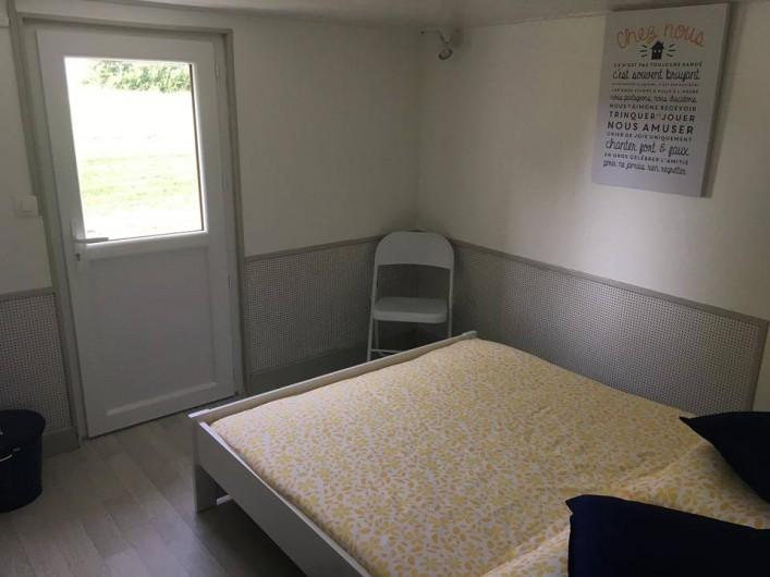 Location de vacances - Gîte à Angé - Chambre numéro 2  composée d'un lit double et d'un vasque robinet
