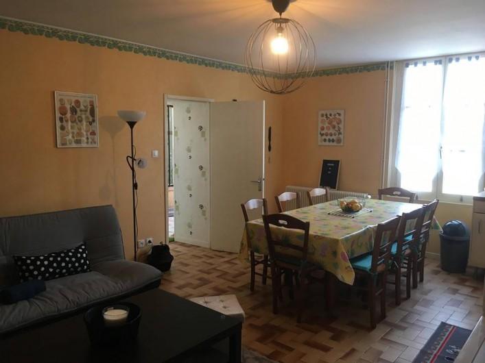 Location de vacances - Gîte à Angé - Salon séjour salle a manger plus cuisine Américaine sur la droite du visuel