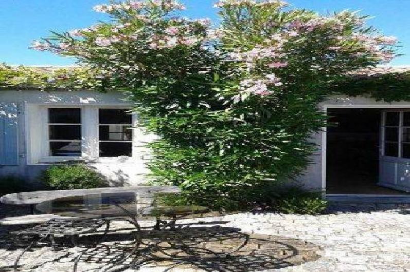 Location de vacances - Maison - Villa à Saint-Clément-des-Baleines - cour d'entrée ,  porte et fenêtre du salon