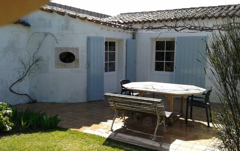 Location de vacances - Maison - Villa à Saint-Clément-des-Baleines - terrasse côté jardin portes salon et cuisine(près oeil de boeuf)photo en février