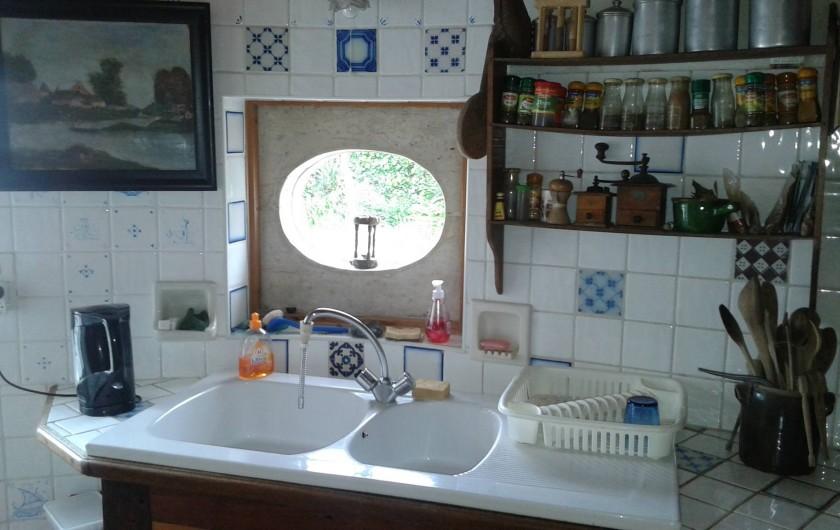 Location de vacances - Maison - Villa à Saint-Clément-des-Baleines - cuisine coté évier. les  3 autres cotés offrent l'équipement complet habituel