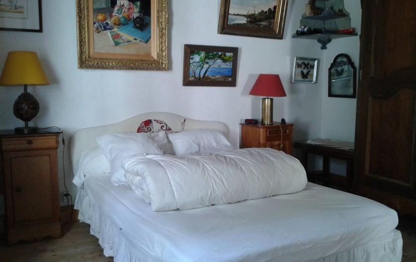 Location de vacances - Maison - Villa à Saint-Clément-des-Baleines - chambre 1 avec 3 portes vers salon  salle de douche et cour d'entrée