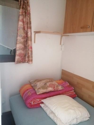 Location de vacances - Studio à Gresse-en-Vercors - La chambre fermée avec une fenêtre