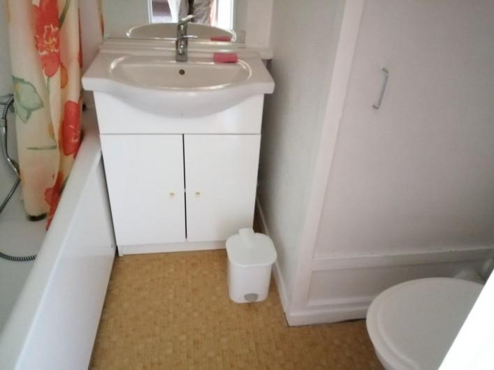 Location de vacances - Studio à Gresse-en-Vercors - La salle de bain avec baignoire et WC