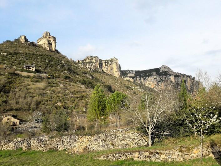 Location de vacances - Gîte à Peyreleau - Vue depuis la terrasse corniche du Méjean et rocher de Capluc