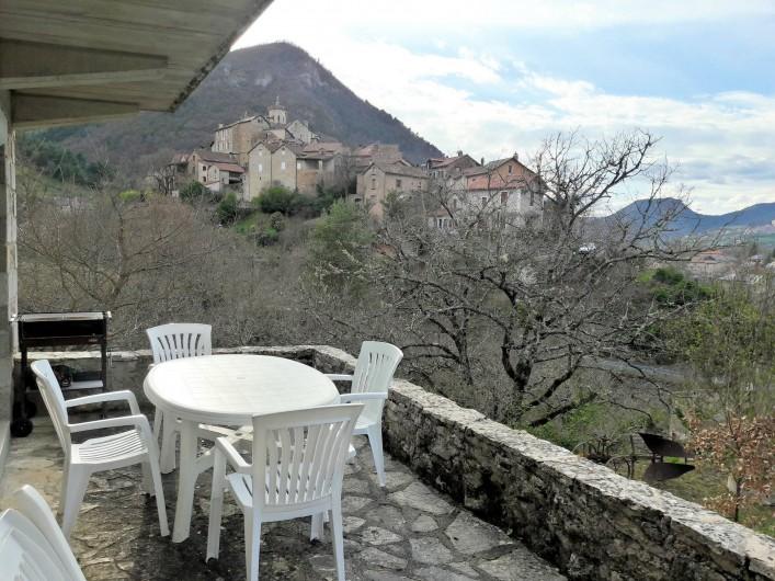 Location de vacances - Gîte à Peyreleau - Vue depuis la terrasse sur le village de Peyreleau