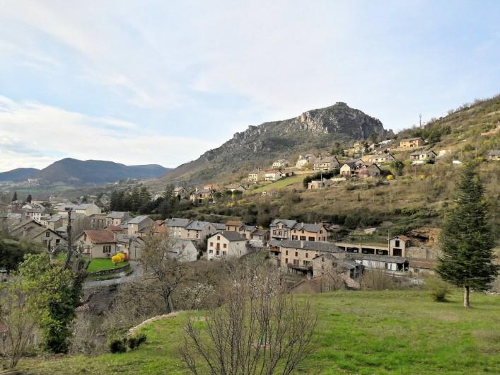 Location de vacances - Gîte à Peyreleau - Vue depuis la terrasse les villages du Rozier, Mostuéjouls et liaucous
