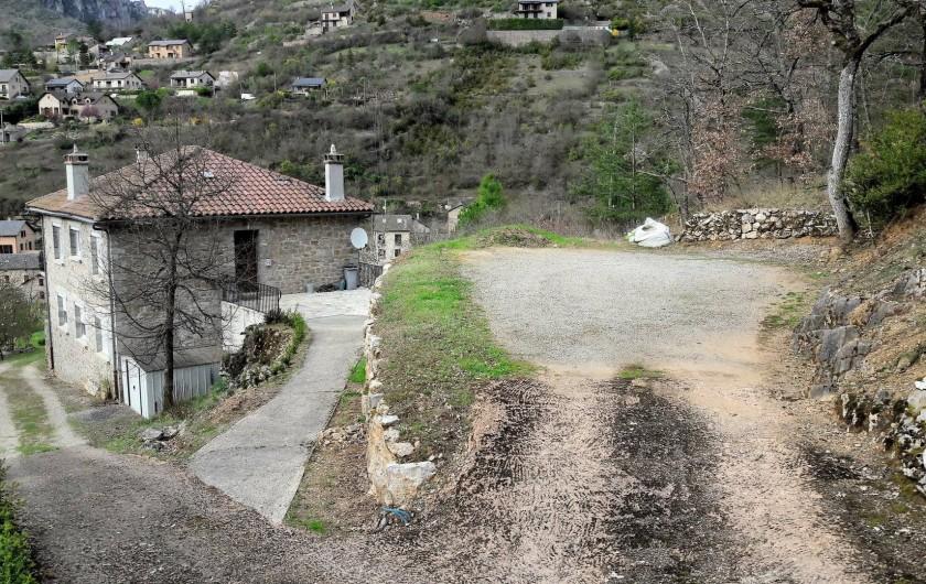 Location de vacances - Gîte à Peyreleau - Vue du parking privatif