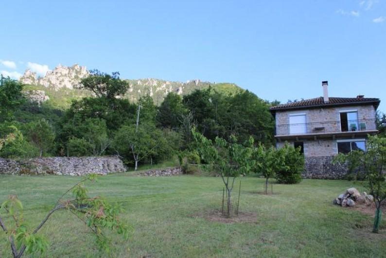 Location de vacances - Gîte à Peyreleau - Vue générale maison  depuis le terrain privatif