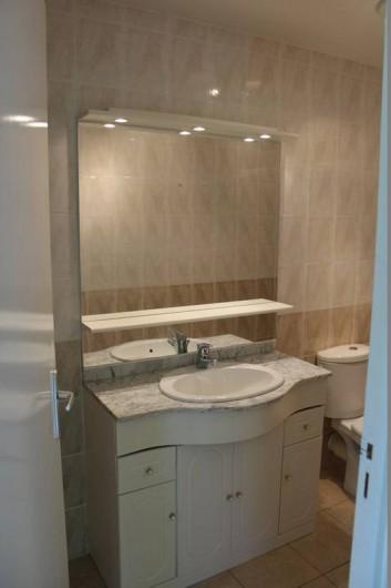 Location de vacances - Gîte à Peyreleau - Vue appartement salle de bain