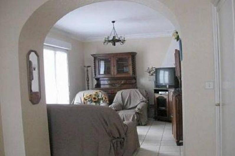 Location de vacances - Maison - Villa à Loctudy - salon avec un canapé , 2 fauteuils , télévision
