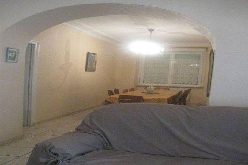 Location de vacances - Maison - Villa à Loctudy - salle à manger vue du salon avec grande table pour 10 personnes