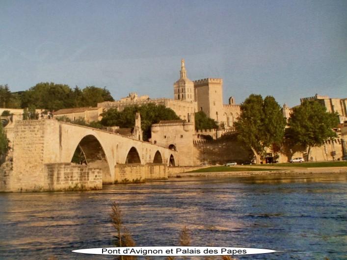 Location de vacances - Appartement à Vaison-la-Romaine - AVIGNON le Palais des Papes et le fameux pont que l'on chante