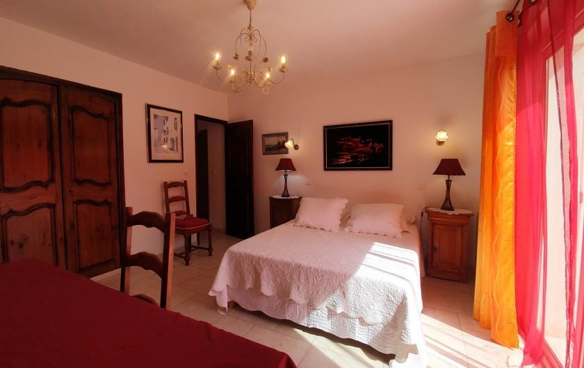 Location de vacances - Villa à Bargemon - Chambre n° 1 - 18 m² - Lit 160 cm - Baie vitrée sur terrasse.