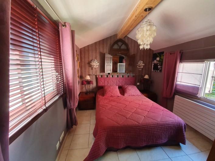 Location de vacances - Villa à Bargemon - Chambre n° 4 ZEN (Lit 160 cm). Salle de bain en marbre