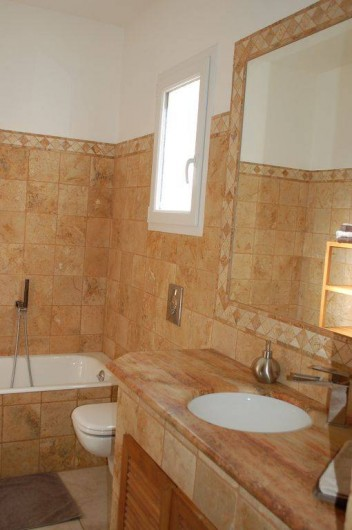 Location de vacances - Villa à Bargemon - Salle de bain en marbre (Bain, douche, wc, lavabo).