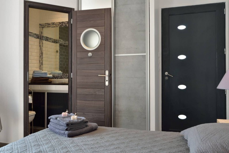 Location de vacances - Villa à Bargemon - Cabinet de toilette (lavabo + wc (chambre n° 2) et porte de sortie extérieure.